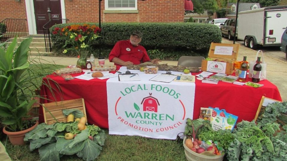 Warren County man displaying vegetables